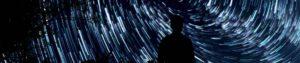 Persona en la oscuridad mirando las estrellas