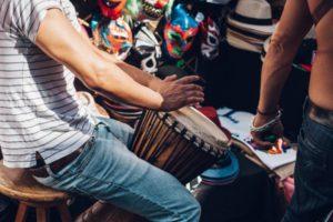 Músico tocando los bongos en la calle